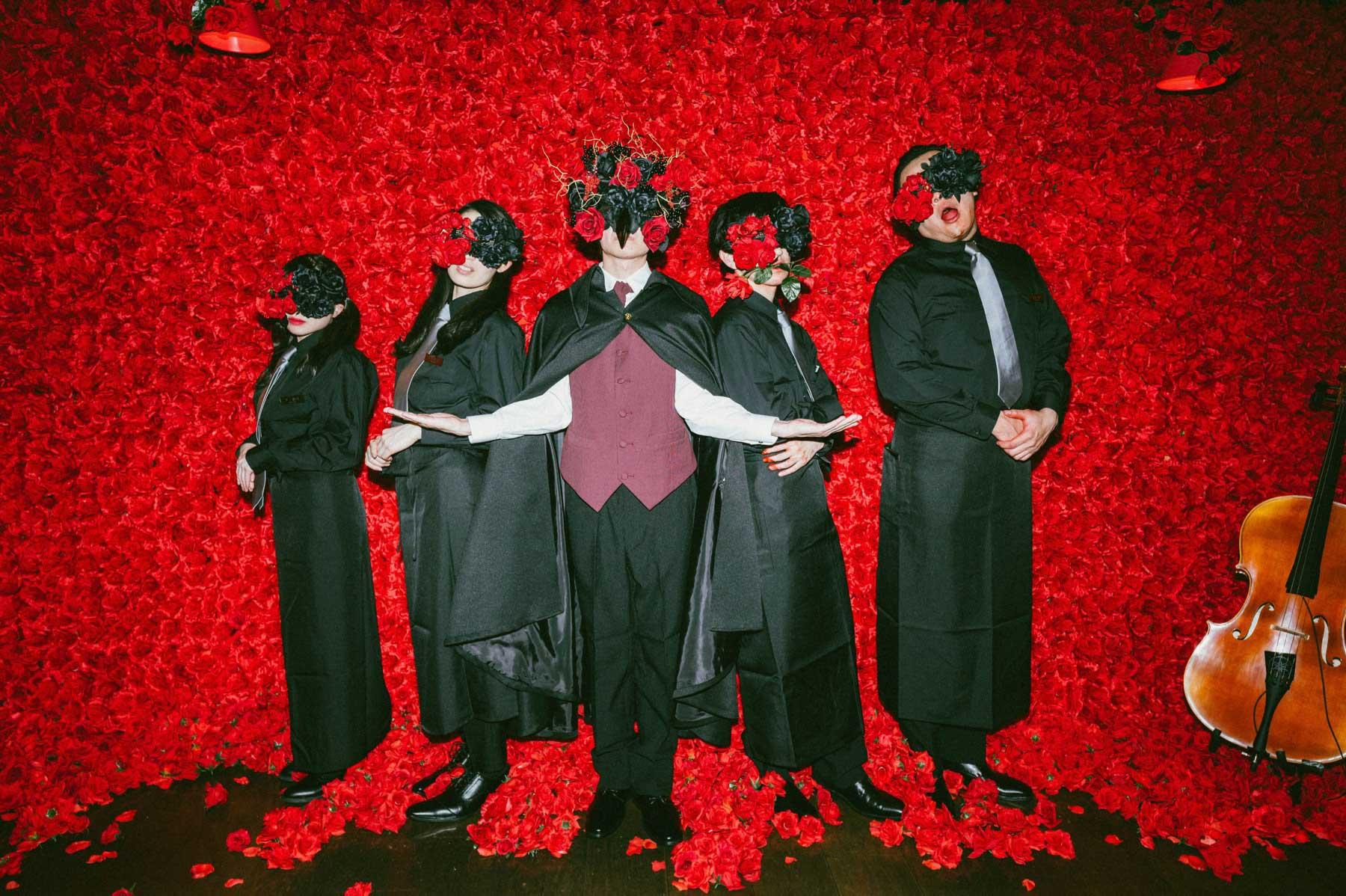 4万本の薔薇に包まれて、血の美食を楽しむイマーシブレストラン「喰種レストラン」